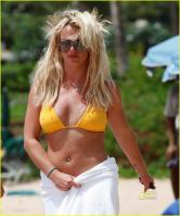 94851656_305951d1282749910-britney-spears-yellow-bikini-beach-candids-hawaii-25-aug-2010-12.jpg