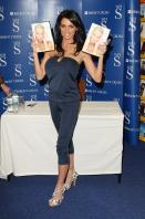 88348_Celebutopia-Katie_Price_signs_copies_of_her_new_book_Pushed_To_The_Limit_in_London-05_122_611lo.jpg