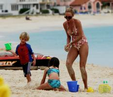 02891_Celebutopia_Uma_Thurman_on_holiday_in_the_Caribbean_25_122_328lo.jpg