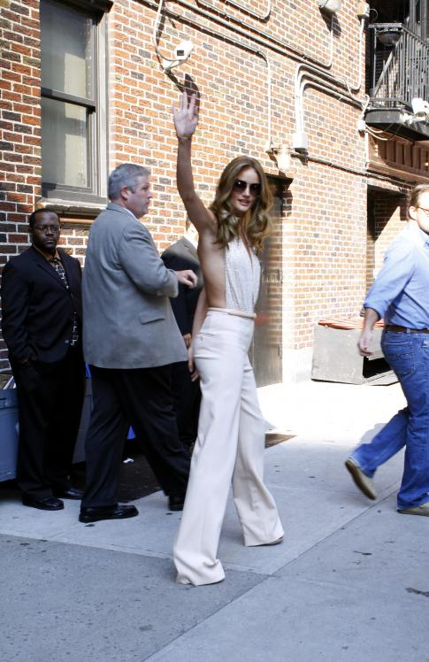 209308421_Kurupt_Rosie_Huntington_Whiteley_outside_Ed_Sullivan_Theater_for_Letterman_June15_2011_30_122_109lo.jpg