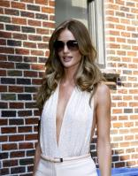 209362874_Kurupt_Rosie_Huntington_Whiteley_outside_Ed_Sullivan_Theater_for_Letterman_June15_2011_32_122_385lo.jpg