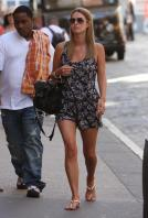 41796_NickyHilton_Shoppingcandids_Soho_020611_027_122_184lo.jpg