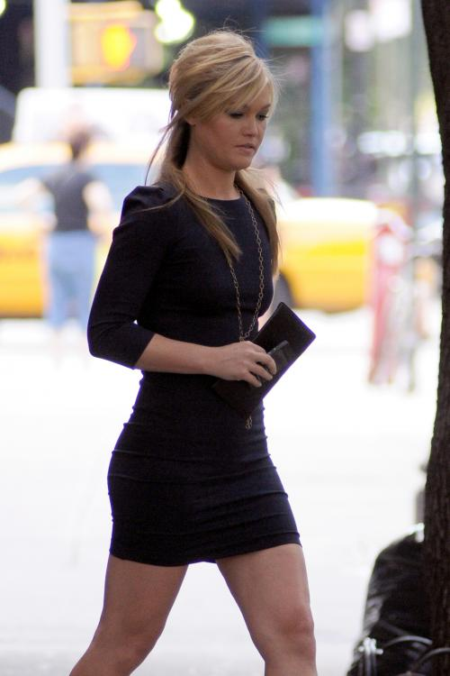 10190_Julia_Stiles_Out_and_about_in_NY_August_13_2011_01_122_556lo.JPG