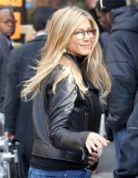 2J0FT58H1L_Jennifer_Aniston_-_On_Set_of_Wanderlust_in_NYC_-_Nov_18_21_.jpg