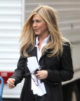 D4CFZRR44K_Jennifer_Aniston_-_On_Set_of_Wanderlust_in_NYC_-_Nov_18_10_.jpg