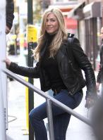 T0TJAPFPP5_Jennifer_Aniston_-_On_Set_of_Wanderlust_in_NYC_-_Nov_18_18_.jpg
