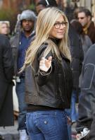T1X3NUTBKU_Jennifer_Aniston_-_On_Set_of_Wanderlust_in_NYC_-_Nov_18_22_.jpg