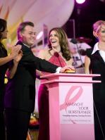 KPB10YSN97_elizabeth_hurley_pink_can_sept_11_big.jpg