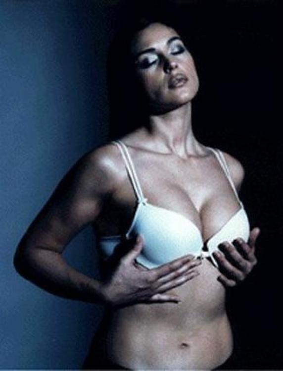 Monica bellucci hot tits