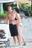 08185_gallery_enlarged-0103_amy_winehouse_bikini_09_122_335lo.jpg