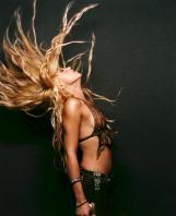 Shakira waving hair